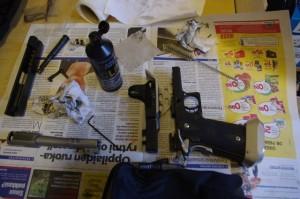 Puhdistusta varten purettu Open-pistooli