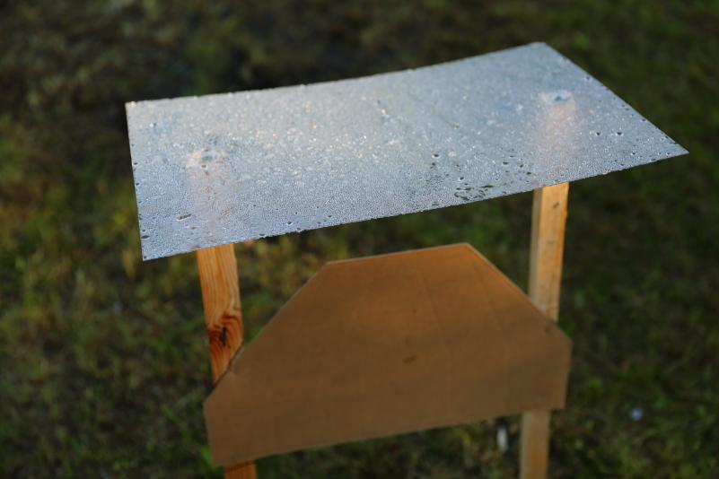 Taulujen päälle rakennetut katokset estävät tauluja vettymästä sateella.