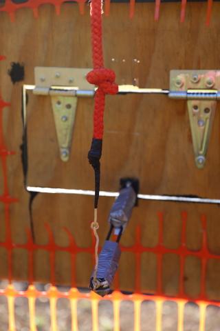 Luukun avausmekanismin jokainen solmu on mietitty ja testattu. Luukun pitää toimia tuhansia kertoja, kun narusta vetäistään nopeasti ja voimalla.